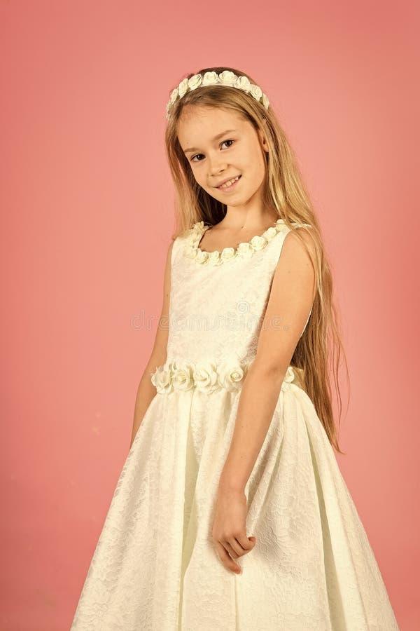 Menina bonito no vestido elegante Retrato de uma criança criança no vestido, comprando Menina Forma Infância da criança imagens de stock royalty free