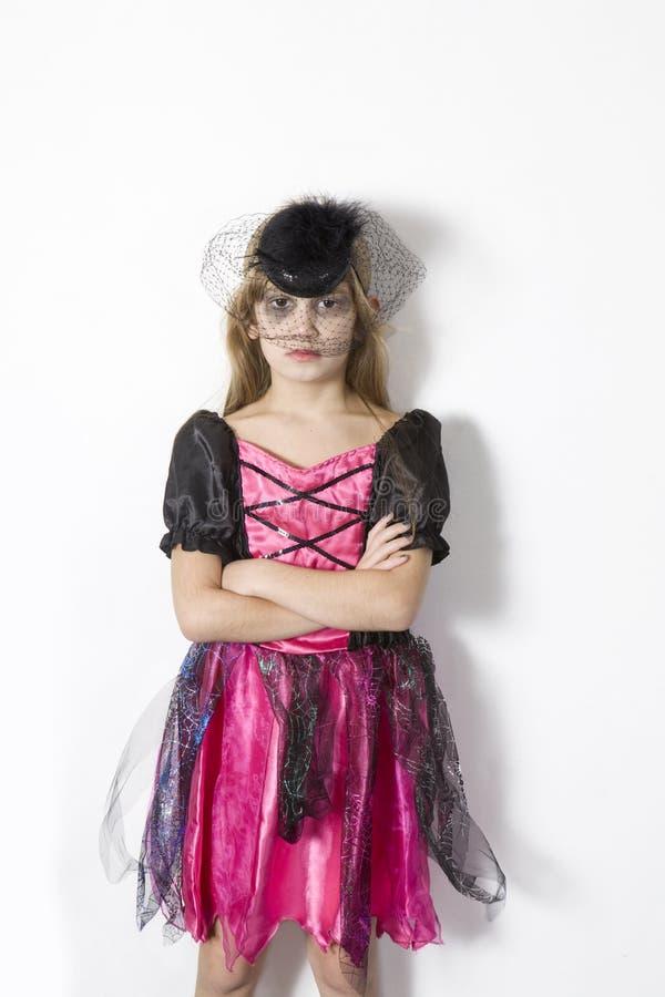 Menina bonito no vestido extravagante do carnaval na véspera de H imagens de stock