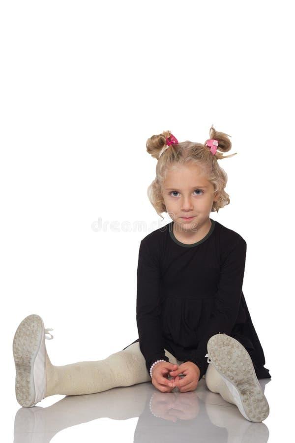 Menina bonito no vestido preto fotos de stock