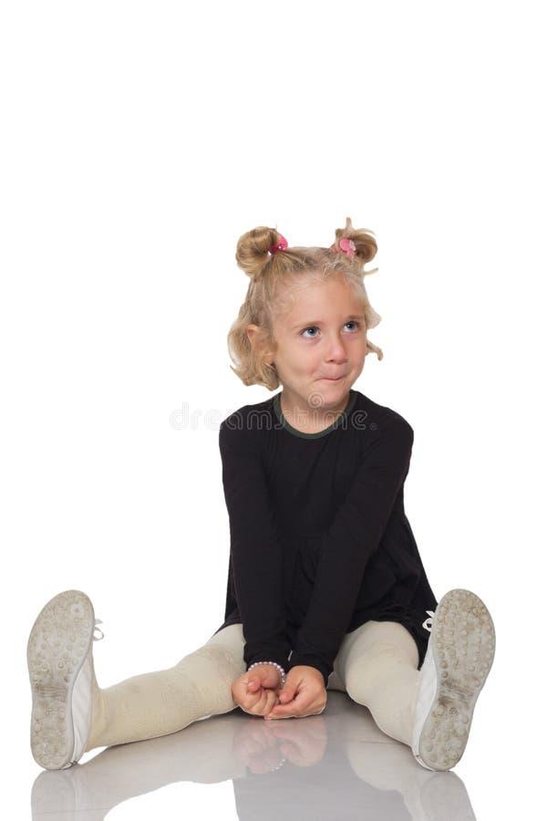 Menina bonito no vestido preto fotos de stock royalty free