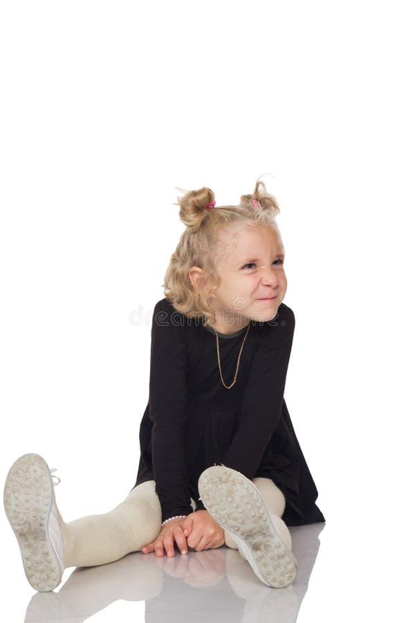 Menina bonito no vestido preto imagens de stock