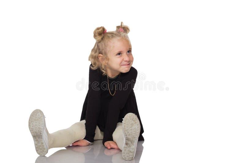 Menina bonito no vestido preto imagem de stock royalty free