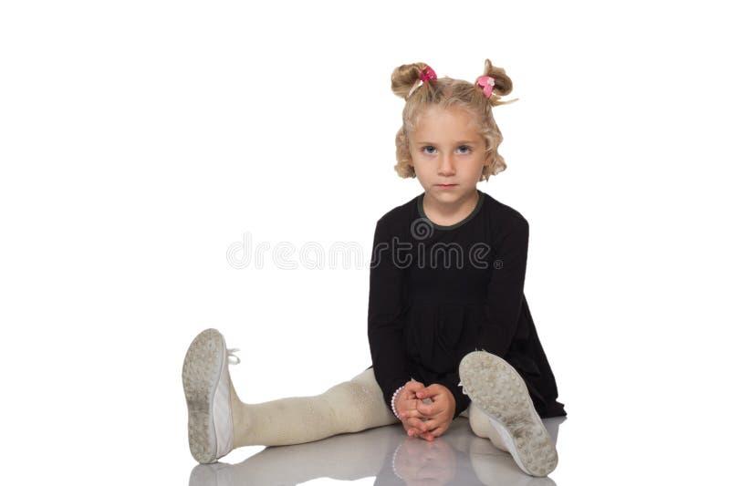 Menina bonito no vestido preto fotografia de stock