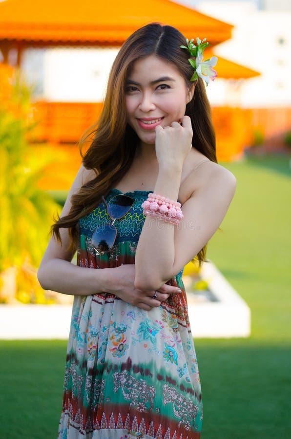 Menina bonito nova do verão na grama verde fotos de stock royalty free