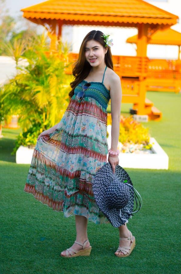 Menina bonito nova do verão na grama verde foto de stock royalty free