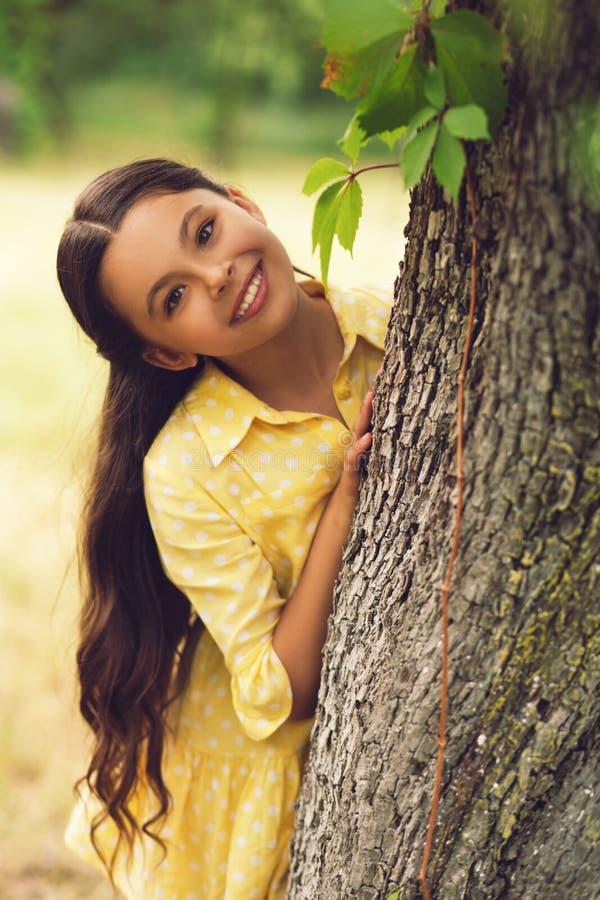 Menina bonito para fora na natureza fotografia de stock