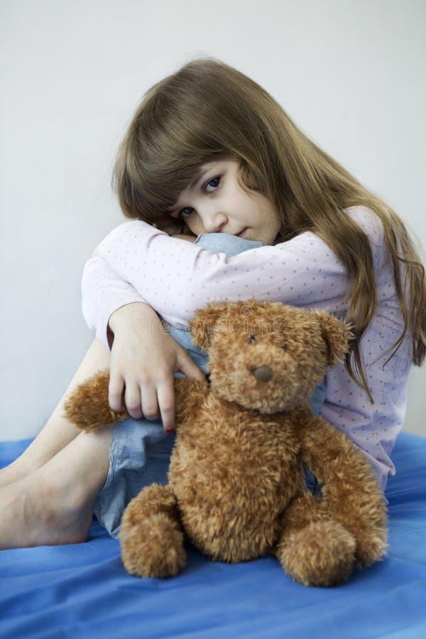 Menina bonito pequena com urso de peluche imagem de stock royalty free