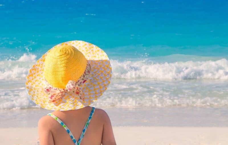 Menina bonito pequena na praia imagem de stock royalty free