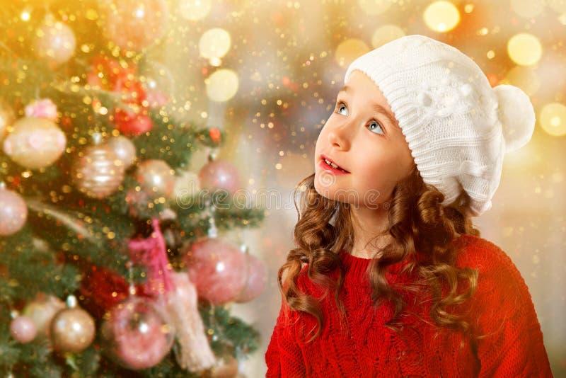 Menina bonito perto da árvore de Natal Convite do ano novo fotos de stock