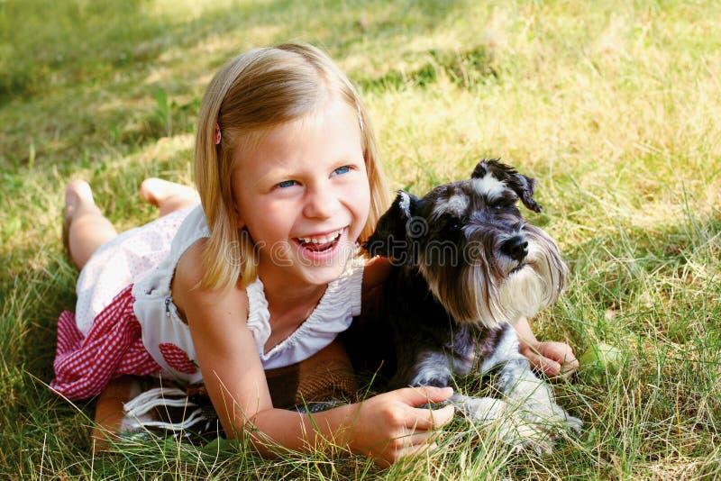 Menina bonito que abraça seu cão imagens de stock royalty free