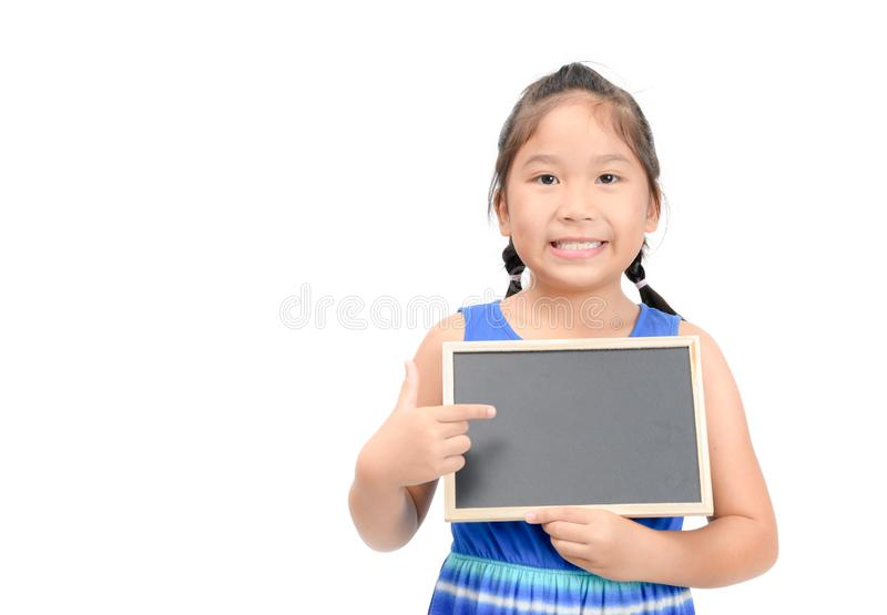 Menina bonito que aponta o quadro-negro vazio isolado foto de stock royalty free