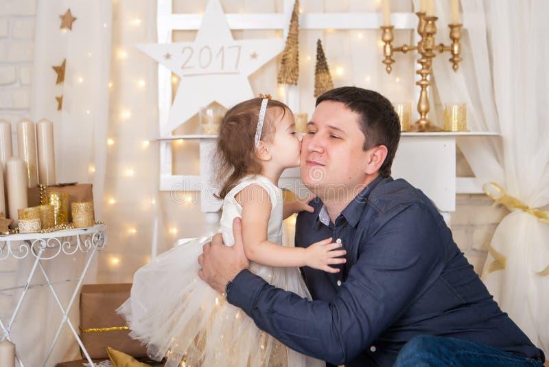 Menina bonito que beija seu pai imagens de stock royalty free