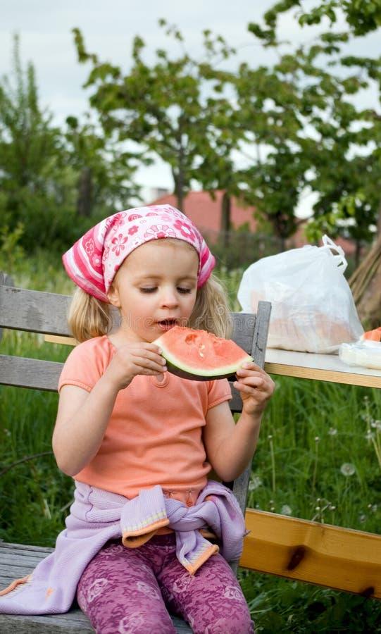 Menina bonito que come a melancia imagens de stock royalty free