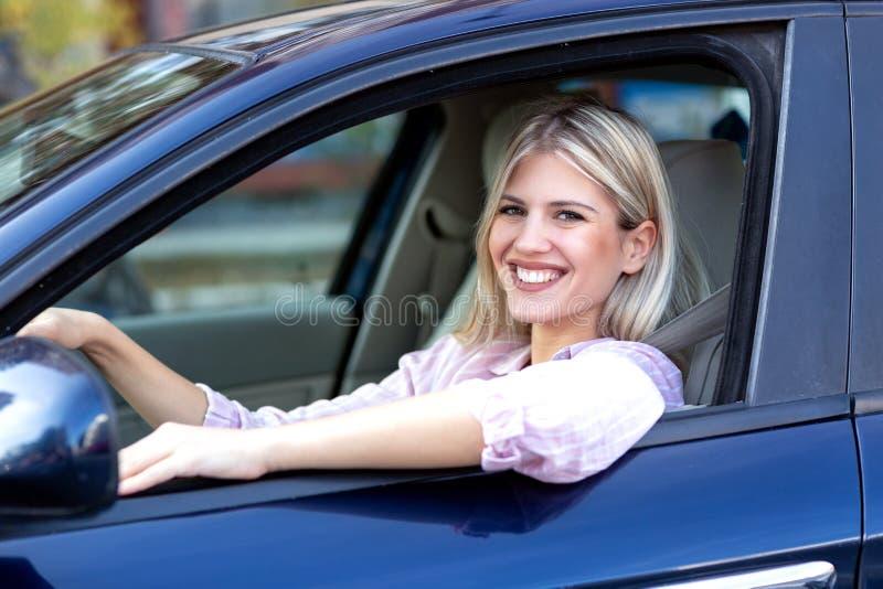 Menina bonito que conduz um carro imagens de stock