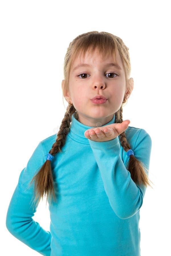 Menina bonito que envia um beijo do ar, fundo isolado branco do retrato imagem de stock royalty free