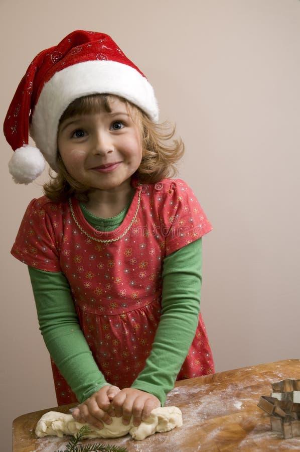 Menina bonito que faz bolinhos do Natal fotografia de stock royalty free