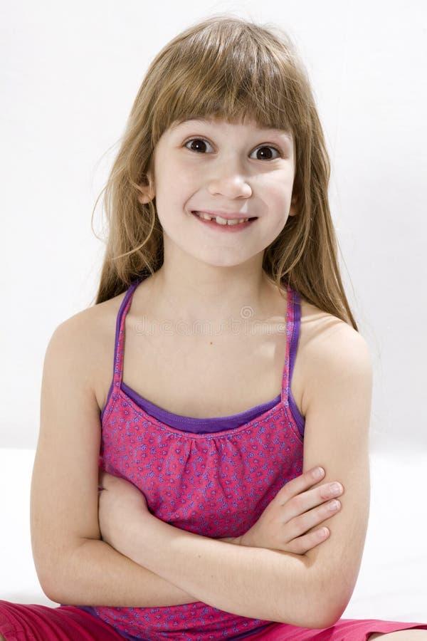 Menina bonito que faz a ioga foto de stock