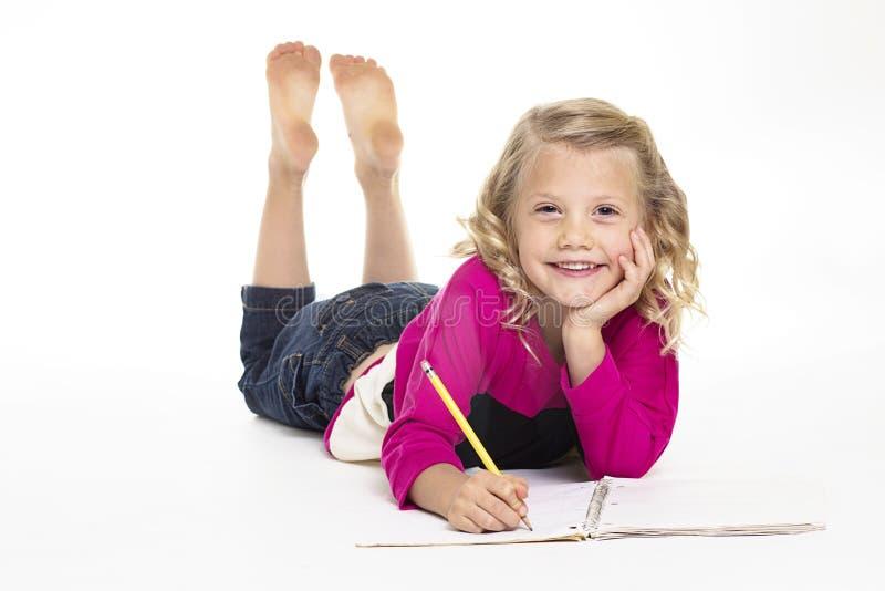 Menina bonito que faz seus trabalhos de casa foto de stock royalty free