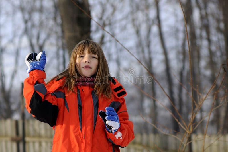 Menina bonito que faz snowballs fotografia de stock
