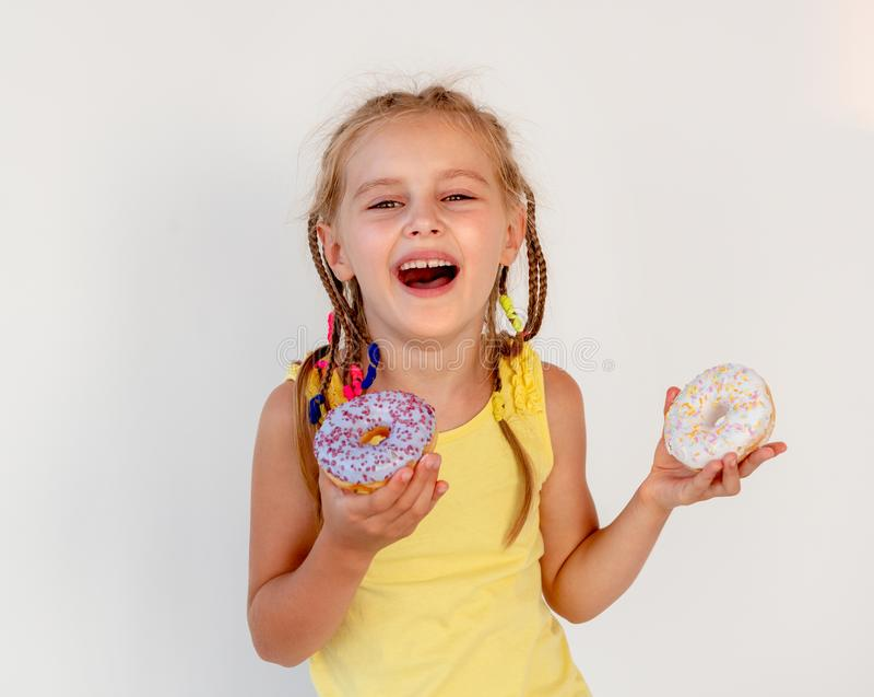 Menina bonito que guarda dois anéis de espuma imagem de stock