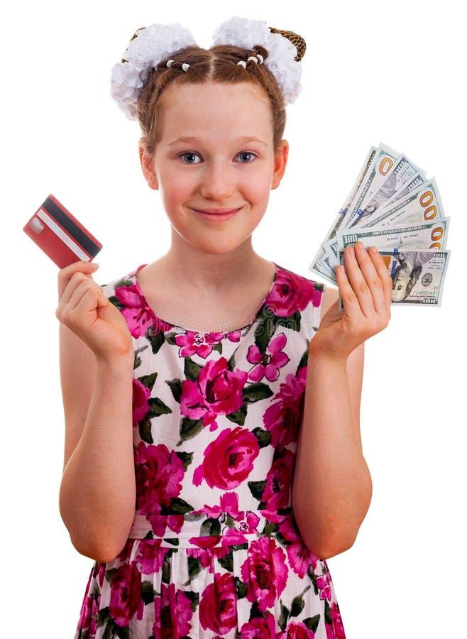 Menina bonito que guarda o cartão de crédito e as cem cédulas do dólar imagem de stock royalty free