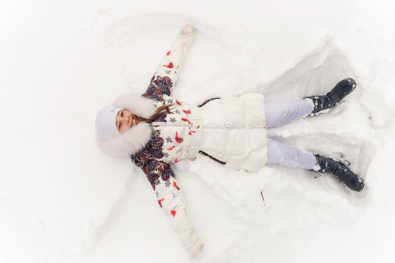 Menina bonito que joga em uma floresta do inverno fotos de stock royalty free