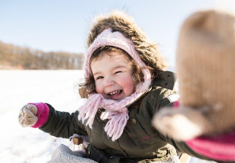 Menina bonito que joga fora na natureza do inverno fotos de stock royalty free