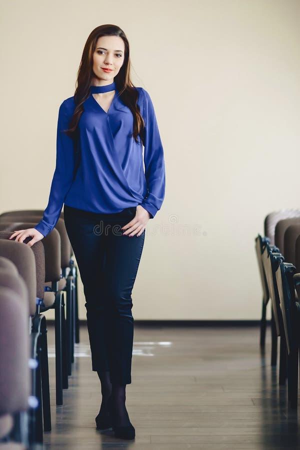 menina bonito que levanta na sala de aula fotos de stock