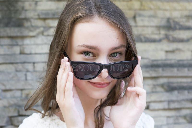 Menina bonito que levanta nos óculos de sol imagem de stock