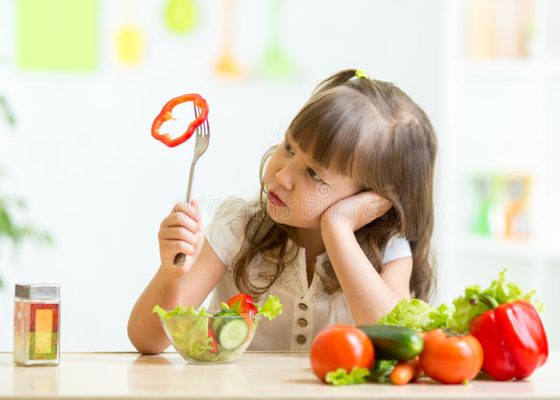 Menina bonito que não quer comer o alimento saudável imagens de stock royalty free
