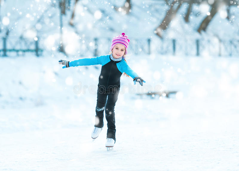 Menina bonito que patina no inverno fora imagem de stock royalty free