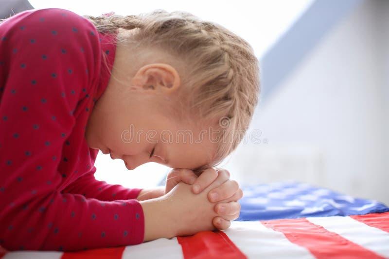 Menina bonito que Praying imagem de stock royalty free