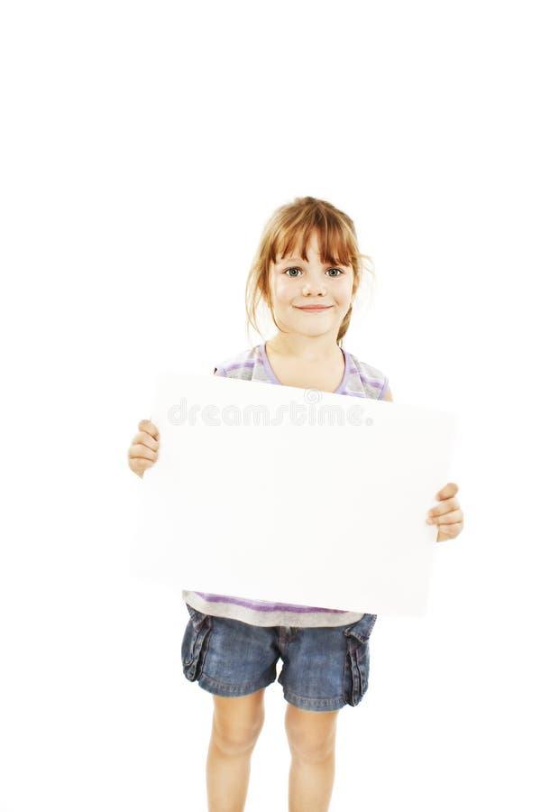 Menina bonito que prende o sinal em branco fotografia de stock royalty free