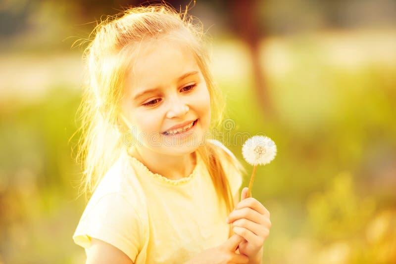 Menina bonito que recolhe flores fotografia de stock
