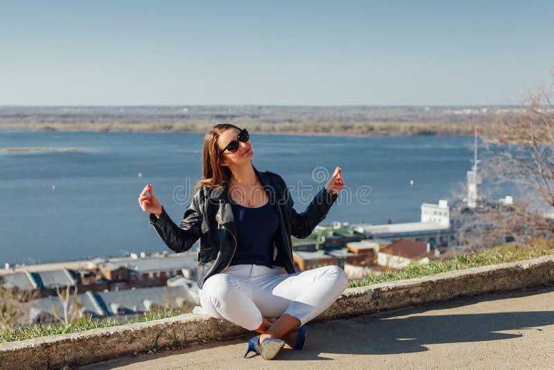 Menina bonito que senta-se na meditação no galerejnoj foto de stock
