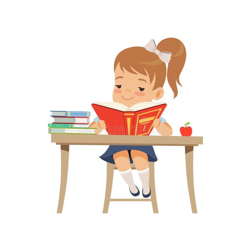 Menina bonito que senta-se na mesa e que lê um livro, estudante da escola primária na ilustração uniforme do vetor em um branco ilustração royalty free