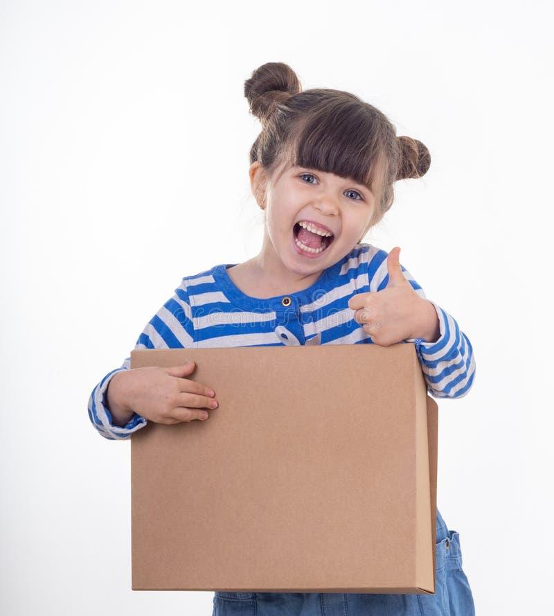 Menina bonito que sorri guardando a caixa imagem de stock royalty free