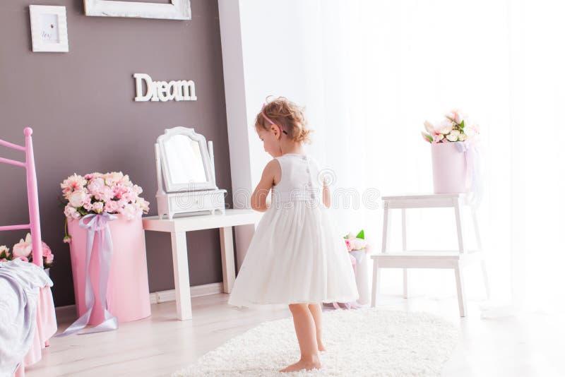 Menina bonito que spining ao redor em seu quarto bonito fotografia de stock