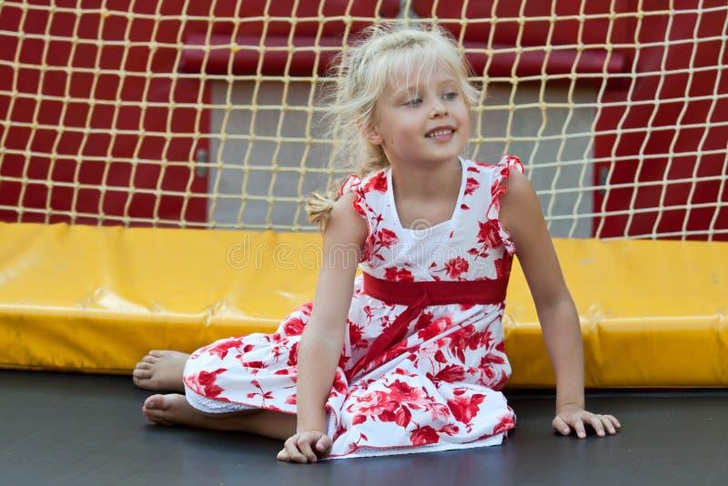 Menina bonito que tem o divertimento. fotos de stock royalty free
