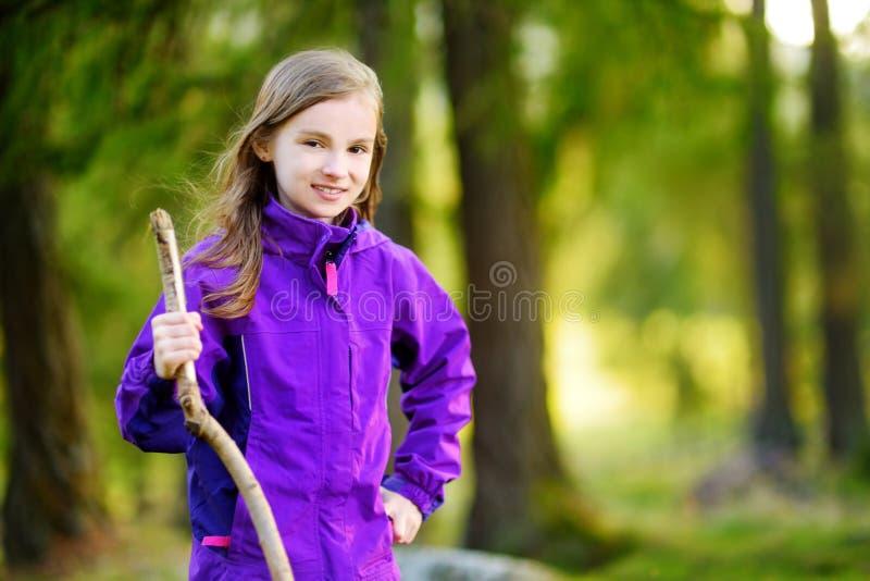 Menina bonito que tem o divertimento durante a caminhada da floresta no dia bonito do outono em cumes italianos fotos de stock royalty free