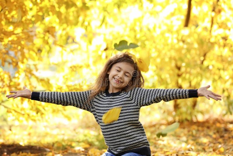 Menina bonito que tem o divertimento no parque imagens de stock royalty free