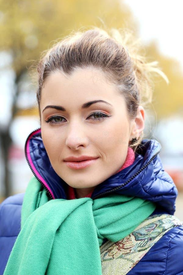 Menina bonito que tem uma caminhada no dia frio do outono fotos de stock