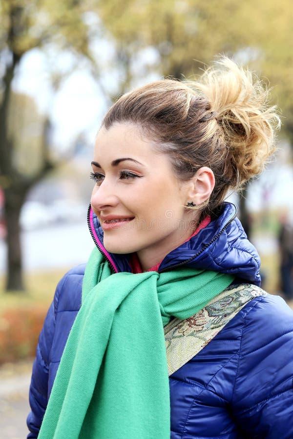 Menina bonito que tem uma caminhada no dia frio do outono imagens de stock