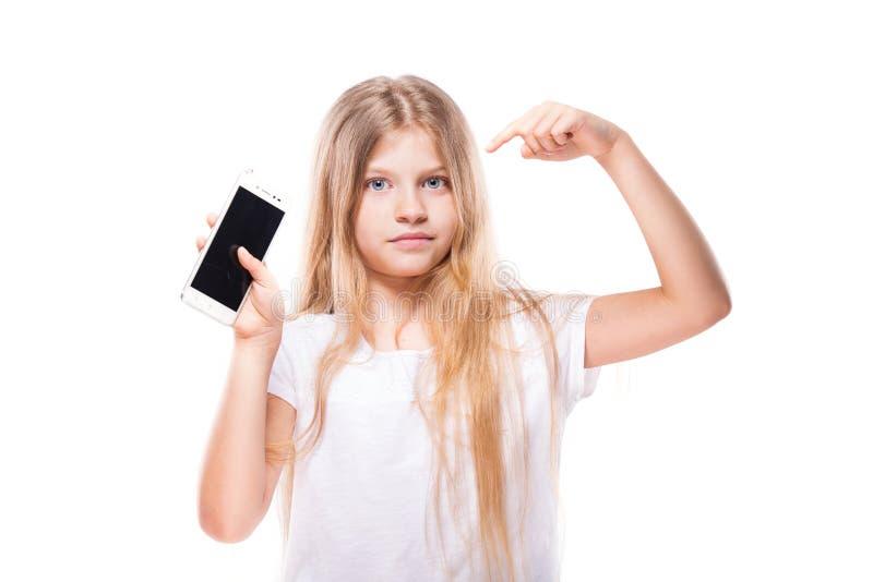 Menina bonito que usa o telefone esperto Isolado no branco foto de stock royalty free