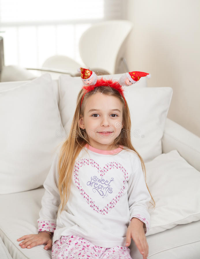 Menina bonito que veste Santa Headband At Home imagens de stock