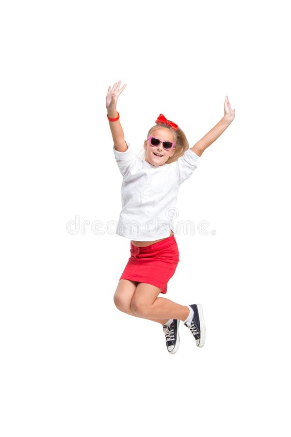 A menina bonito salta Tiro do estúdio Fundo branco imagem de stock royalty free