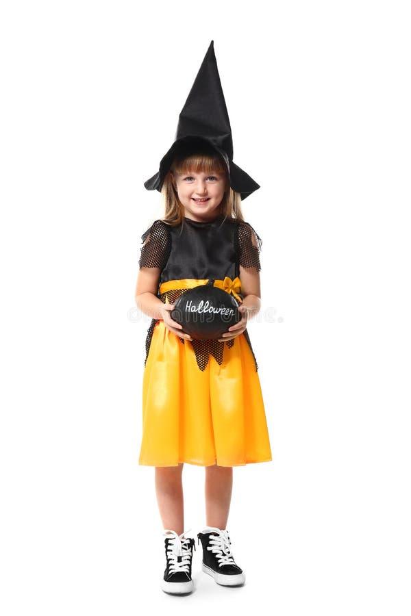 Menina bonito vestida como a bruxa para Dia das Bruxas no fundo branco imagens de stock