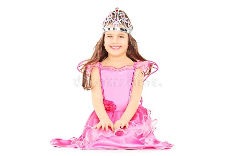 A menina bonito vestiu-se acima como a princesa que veste uma tiara fotos de stock