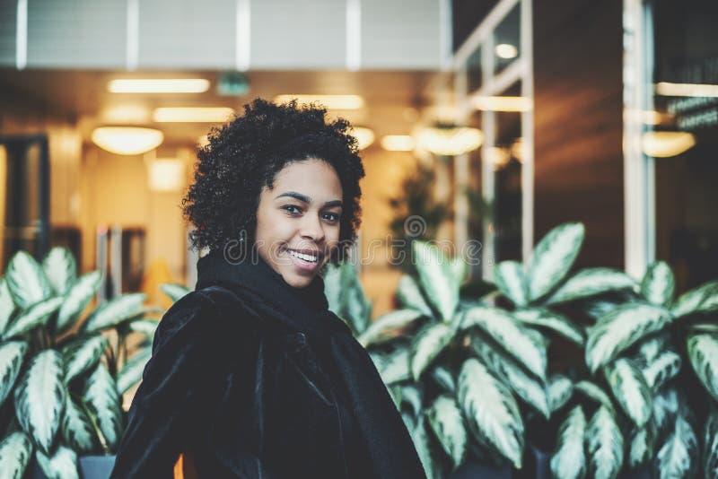 Menina brasileira de sorriso interna com plantas atrás fotos de stock royalty free
