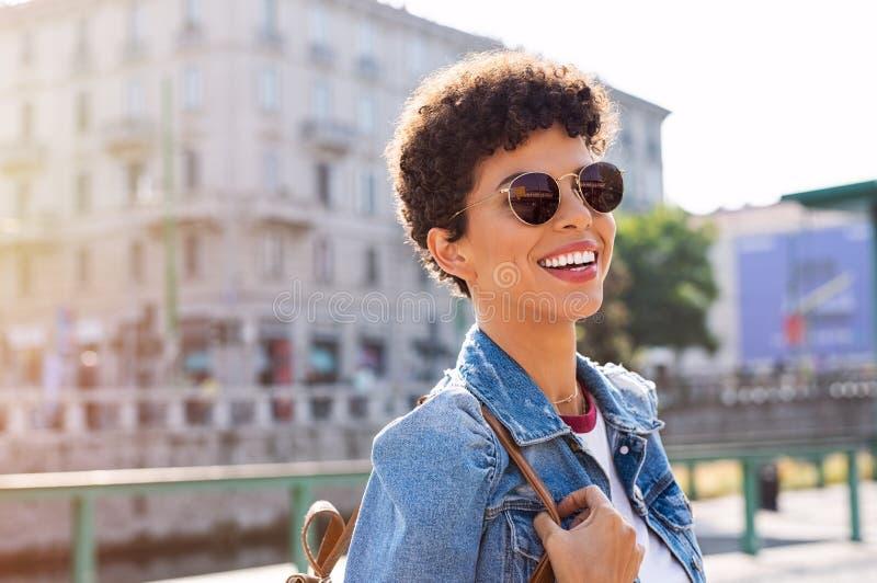 Menina brasileira que aprecia vibrações da cidade imagens de stock royalty free